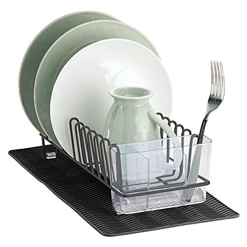 mDesign Escurridor de platos y vasos de metal – Con cesta para cubiertos de plástico y una pequeña esterilla de silicona – Seca platos, cubiertos y vasos en un instante – gris oscuro y negro