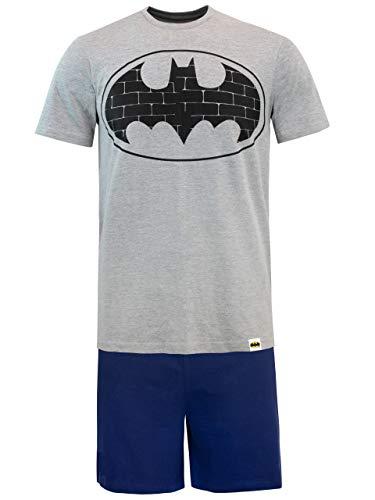 Pijama para hombres de Batman. ¡Puede que tu capa esté en la lavadora, pero igual te verás como todo un héroe de Ciudad Gótica con esta pijama de Batman! El top muestra un estampado del logo con alas de Batman sobre un color gris, en conjunto con sho...