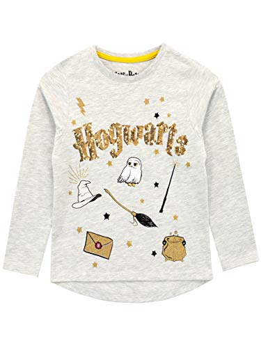 Camiseta manga larga para niñas de Harry Potter. Esta encantadora camiseta viene con el nombre de Hogwarts escrito en letras doradas sobre un fondo gris. El top está rodeado de estampados de algunos de los objetos más icónicos de las películas como e...