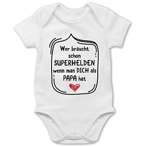 Vatertagsgeschenk Tochter & Sohn Baby - Wer braucht Schon Superhelden wenn Man Dich als Papa hat - 1/3 Monate - Weiß - Babybody Vatertag - BZ10 - Baby Body Kurzarm für Jungen und Mädchen
