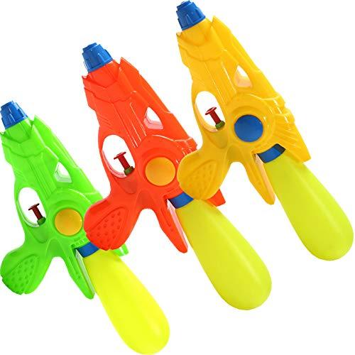 Los niños juegan con agua en la playa y juegan con agua. Pistola de agua A14.