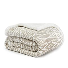 """INCLUDES: (1) throw blanket MATERIAL: 100% Polyester FEATURES: Ultra cozy signature pattern on printed, brushed fleece reversible to plush sherpa fleece DIMENSIONS: 50"""" x 60"""" CARE INSTRUCTIONS: Machine washable for easy care. Machine wash cold, separ..."""