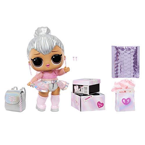 LOL Surprise bambola grande Kitty Queen con sorprese alla moda, scarpe, vestiti e accessori. Include una scrivania, una sedia e uno sfondo. Bambola da collezione ottima dai 3 anni in su.