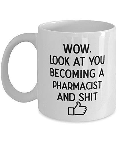 Taza de café de Farmacéutica con texto en inglés 'Look at You' para graduados de farmacia