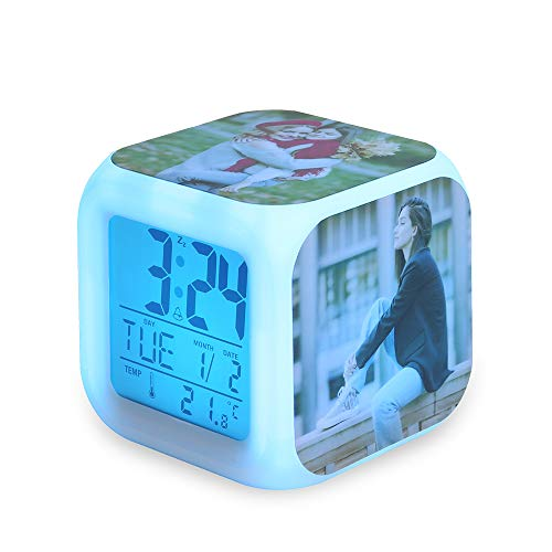OPALSTOCK Reloj Despertador Personalizado con Foto/Nombre, Digital/Madera/Iluminación LED Reloj de Escritorio Reloj Cubo para Dormitorio Sala de Estar Cocina Batería/Carga USB (Foto)