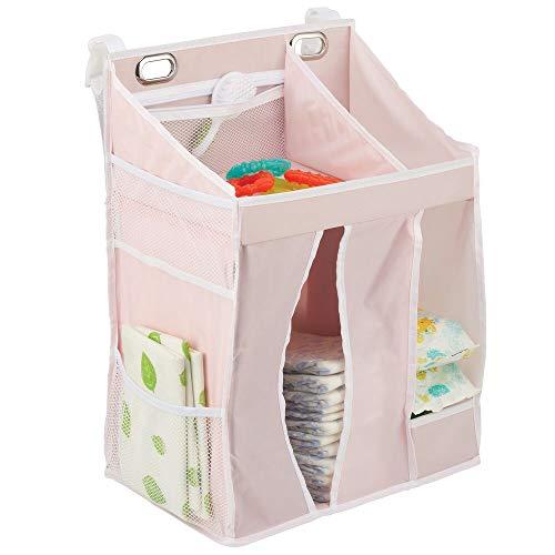 mDesign Baby Organizer – Aufbewahrungslösung für Windeln, Puder, Schnuller, Spielzeug etc. – vielseitiges Hängeregal für das Kinderzimmer mit Taschen und Fächern – rosafarben/weiß