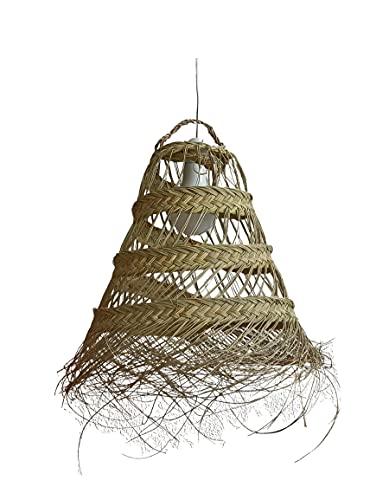 Pantalla para lámpara de fibra natural. Lámpara colgante de techo. Lámpara de esparto con flecos. Lámpara de palma. Los materiales naturales triunfan en la decoración. (Adícora-G)