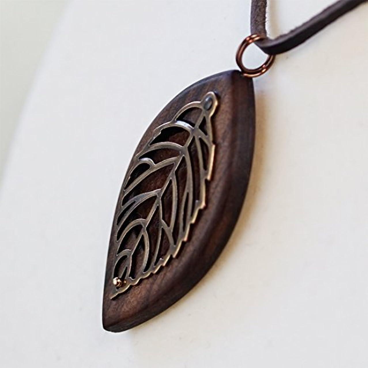 写真を撮るファブリック内なる木製オリジナルアロマペンダント 【天使の小瓶】 木の葉(アンティークゴールド)