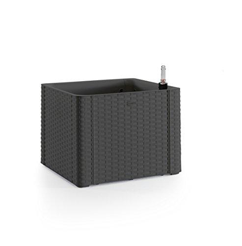 Kreher Quadratischer Pflanzkasten im Rattan-Design aus Kunststoff in Anthrazit. Mit Wasserspeicher und Wasserstandsanzeige. Maße BxTxH in cm: 43 x 43 x 33 cm.