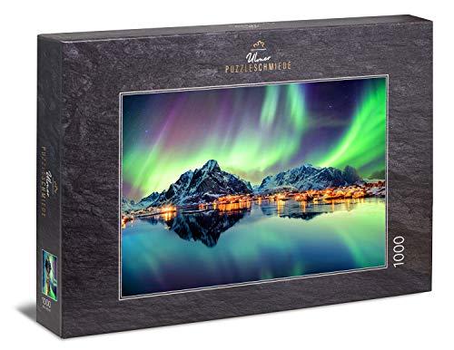 """Ulmer Puzzleschmiede - Puzzle """"Lichtertanz des Nordens"""" - klassisches 1000 Teile Puzzle – norwegisches Puzzlemotiv mit Nordlichtern am Nachthimmel über Fischerdörfern auf Lofoten, Norwegen"""