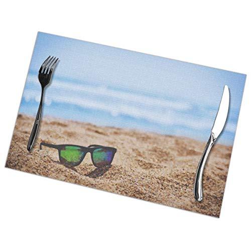 Dingl Wayfarer zonnebril op strand zand tijdens de dag Placemat wasbaar anti-slip voor keuken diner tafelmat, gemakkelijk te reinigen plaats Mat 12x18 Inch Set van 6