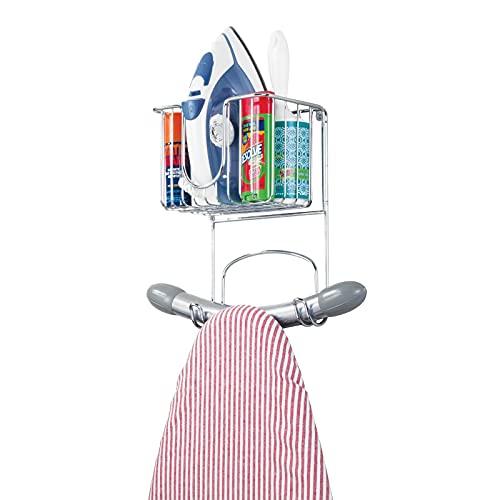 mDesign kleine Bügelbretthalterung zur Wandmontage – Bügelbrett Aufbewahrung mit Ablage für Bügeleisen & Co. – kompakte Wandaufhängung für die Waschküche aus Metall – silberfarben