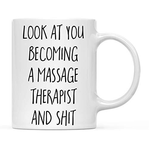 Regalo Divertido de la Taza de café, mira cómo te conviertes en un Terapeuta de masajes y Mierda, Incluye, Estudiantes graduados de la Escuela, Clase de 2020, Diploma de graduación de 11 oz