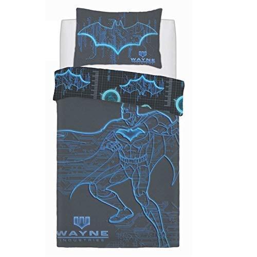 Diseño Reversible 1x Funda Doble de Edredón: 200 X 200cm Aprox. Modelo: Batman Wayne Industries. Material: 52% Poliéster/48% Algodón Juego Edredón Doble Incluye: 2x Fundas Almohada 48 X 74cm Aprox. El juego de edredón individual incluye: 1 x funda de...