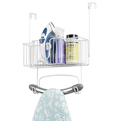 mDesign Bügelbretthalterung ohne Bohren – Bügelbrett Aufbewahrung mit großem Korb zum Verstauen von Bügeleisen und Waschmittel geeignet – praktische Türaufhängung aus Edelstahl – weiß