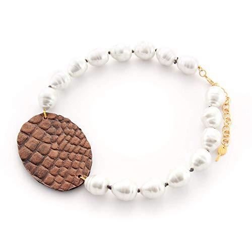Kurze Halskette aus künstlicher Perle mit handgemachtem Leder oval. Halsband aus weißen barocken Perlen und braunes Leder.