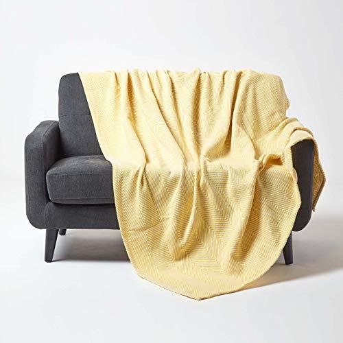 Homescapes große Tagesdecke Halden mit Fischgräten-Muster, weiche Wohndecke aus 100prozent Baumwolle in Gelb, Überwurf mit trendigem Chevron-Muster, Plaid, 225 x 255 cm