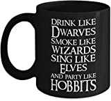 L'universo di J. R. R. Tolkien beve come i nani fumano come i maghi cantano come elfi e festeggiano come gli hobbit tazza da caffè - regalo nero per l'amico amante sorella fratello bambino in complean