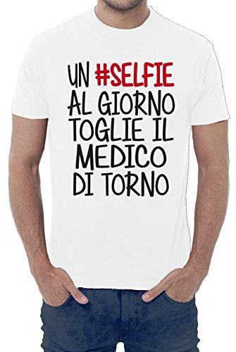 T-shirt uomo divertente UN #SELFIE AL GIORNO, TOGLIE IL MEDICO DI TORNO - maglietta umoristica 100% cotone JHK_Fermento Italia (50-52 XXL EU Uomo, Bianco)