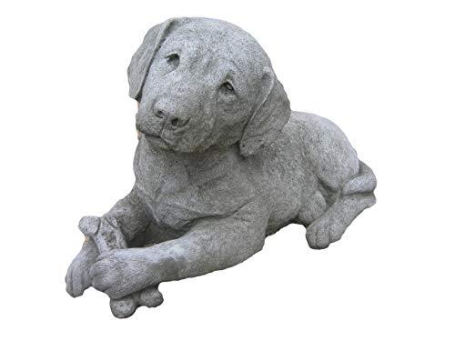 Steinfigur Hund, Labrador mit Knochen, Gartenfigur, Tierfigur, 40 cm lang
