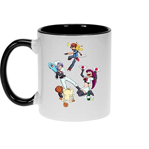 OKIWOKI Taza con asa Negra e Interior Negro Parodia de Pokémon- Pikachu, Ash y la Team Rocket (Taza de Primera Calidad - Impresa en Francia - Réf : 645)