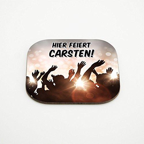 Hier feiert Carsten – Untersetzer mit Namen und schönem Party-Motiv