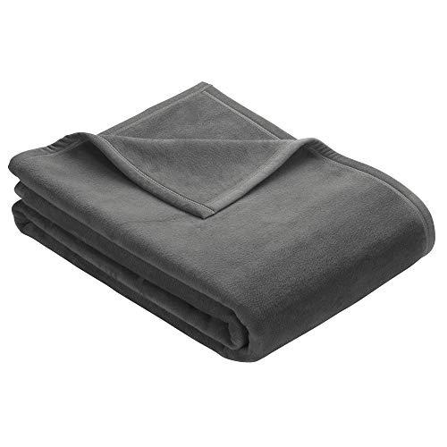 Ibena Berlin Wolldecke 150x200 cm - Premium Kuscheldecke dunkelgrau, hochwertige Markenqualität aus pflegeleichter Baumwollmischung mit eingenähtem Kunstlederpatch