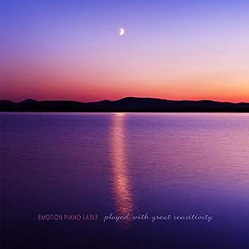 호수 위에 비친 달
