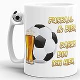 Tassendruck Fussball-Tasse mit Spruch Fussball & Bier darum Bin ich Hier - EM/WM/Liga/Pokal/Witzig/Lustig/Mug/Cup - Qualität Made in Germany