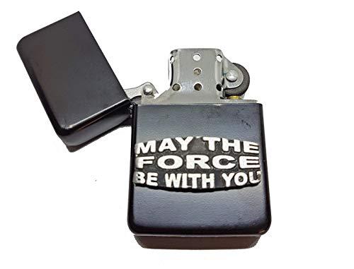 Briquet à Essence avec Inscription « May The Force Be with You » dans sa Pochette Humoristique Star Wars Fan Slogan Anglais en étain