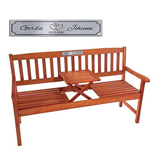 Casa Vivente Gartenbank mit Tisch, Silberne Plakette Personalisiert mit Namen und Datum, Motiv Herzen, Sitzbank aus Eukalyptus-Holz, Geschenkidee zur Hochzeit, Hochzeitsgeschenk für Brautpaar