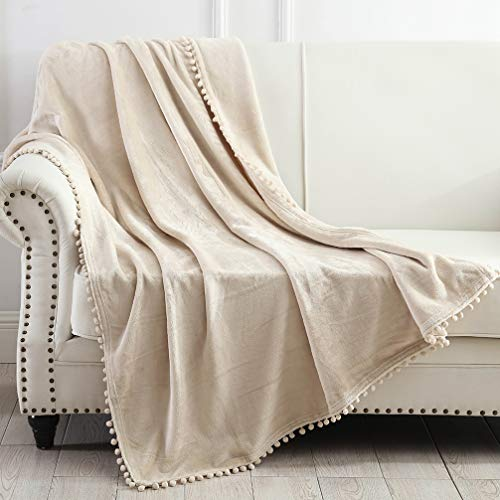 NordECO HOME Manta de Tiro de Franela - Manta cálida Suave y acogedora con Flecos de Pompones para sofá Cama, sofá, Silla, 127x152 cm, marrón Beige