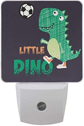 Paquete de 2 lámparas LED de luz nocturna con diseño de dinosaurios pequeños para jugar al fútbol con sensor de atardecer a amanecer para dormitorio, baño, pasillo, escaleras, 0,5 W, Reino Unido Jack