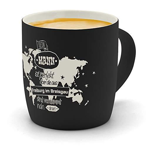 printplanet - Kaffeebecher mit Ort/Stadt Freiburg im Breisgau graviert - SoftTouch Tasse mit Gravur Design Keine Mann ist Perfekt, Aber. - Matt-gummierte Oberfläche - Farbe Schwarz