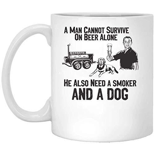 N\A Un Hombre no Puede Sobrevivir Solo con Cerveza También Necesita un Hombre Necesita un Fumador y un Perro Taza Blanca 01_01 Taza 15oz