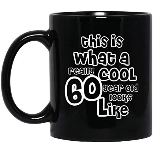 Thee Mok, Wit, Dit is Wat Een Echt Cool 60 Jaar Oude Look Zoals, Grappige 60e Verjaardag Geschenken voor Opa, Oma Gepersonaliseerde 11oz Koffiemok, Aangepast Aantal