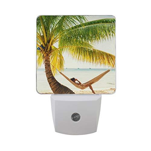AOTISO Mooi meisje ontspannen in palmboom hangmat op tropisch strand zomervakantie Blue Ocean Auto Sensor nachtlampje Plug in Indoor