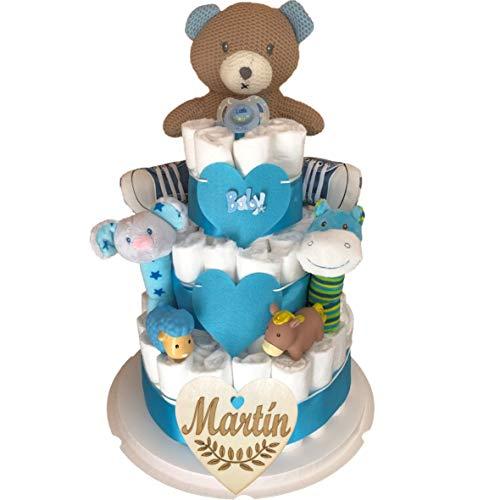 Tarta de pañales recién nacido niño tres pisos modelo Osito deportista con corazón personalizado de regalo, osito de crochet, zapatillas bebé, sonajeros de felpa, muñecos para el baño y chupete.