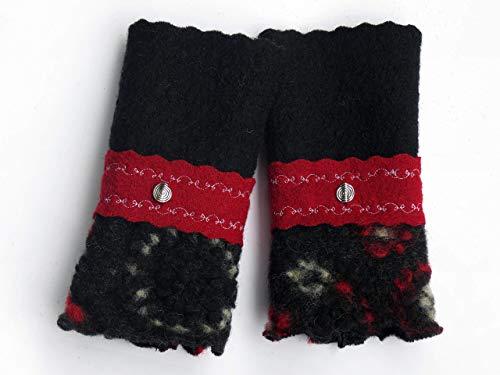 Armstulpen/Pulswärmer: Walkwolle (Walkloden, Kochwolle) in Schwarz und in Dunkelrot, dehnbare Walkwolle (Strickwalk) in Asphalt-Schwarz (Blumen-Relief); breiter Zackenlitz, Charm-Perle, Zierstiche