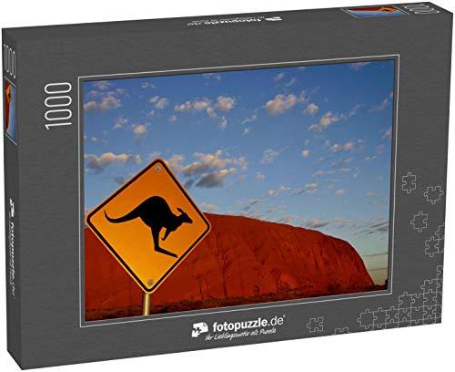 Puzzle 1000 Teile Uluru Ayers Rock Sonnenaufgang mit Känguru-Schild im Vordergrund - Klassische Puzzle, 1000/200/2000 Teile, in edler Motiv-Schachtel, Fotopuzzle-Kollektion 'Australien'
