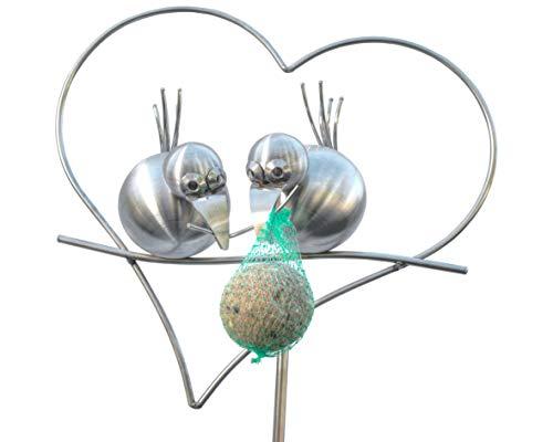 J. Tiedemann Manufaktur & Design Edelstahl Gartenstecker und Rankhilfe, 165 cm hoch. Coco und ZIPPI als Meisenknödelhalter im Herz. Die Dekoration für den Garten im Frühling und Sommer.