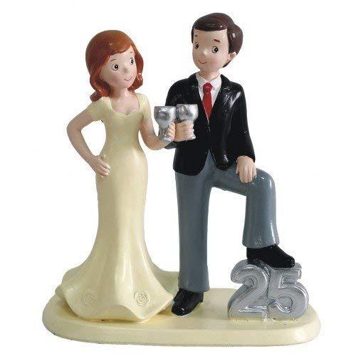 Entrañable pareja celebrando su 25 aniversario, para decorar la tarta o para regalar. La figura mide 15x18 cms. INCLUIDA GRABACIÓN EN CHAPITA PLATEADA A DIAMANTE CON LOS NOMBRES Y LA FECHA, PEGADA EN LA PEANA, SE PRESENTA EN PAPEL DE CELOFÁN TRANSPAR...