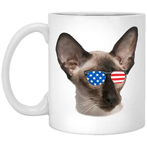 Divertido gato balinés blanco marrón con gafas de sol de la bandera americana taza de café blanco 11 oz