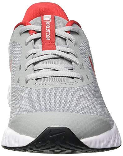 NIKE Revolution 5 (GS), Running Shoe Unisex Adulto, Gris (Light Smoke Grey/University Red-Photon Dust-White), 40 EU