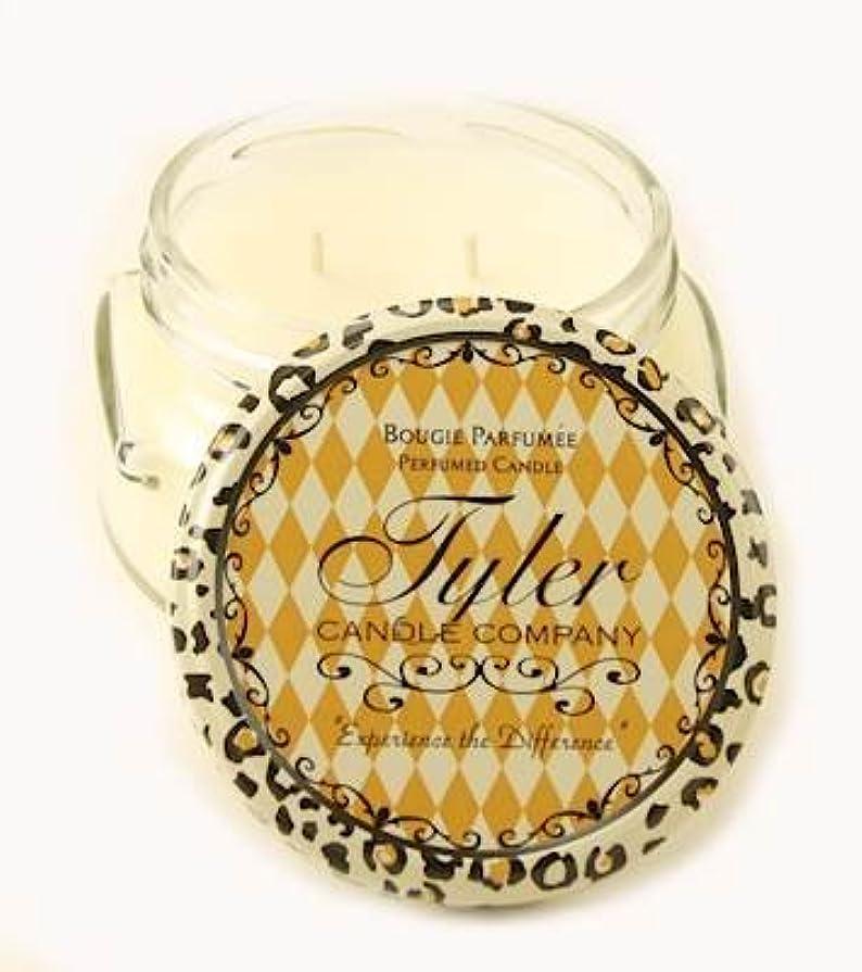 アイドルインタラクション目の前のRevel Tyler 22オンス香りつき2-wick Jar Candle