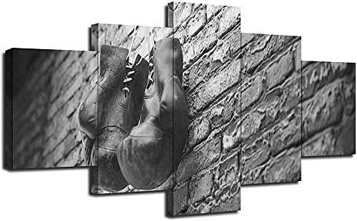 Quadro multipannello - I Vecchi Guanti da inscatolamento in Bianco e Nero appendono sul Mattone 5 Pannelli - Quadro su Tela, Stampa Artistica, Moderno Canvas, 5 Parti, 150x80 cm