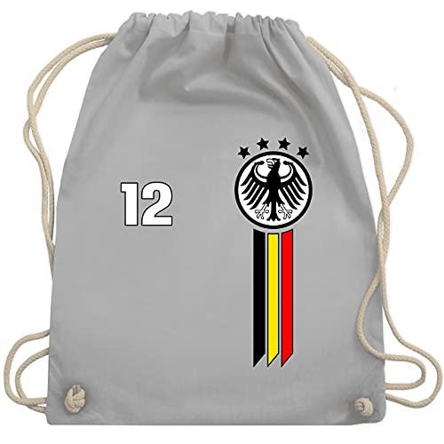 Shirtracer Fussball EM 2021 Fanartikel - 12. Mann Deutschland Emblem - Unisize - Hellgrau - Geschenk - WM110 - Turnbeutel und Stoffbeutel aus Baumwolle