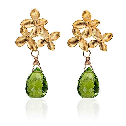 Blüten-Ohrringe grün-gold, Blumen-Ohrstecker matt-vergoldet, grüner Peridot-Tropfen, außergewöhnlicher Edelstein-Schmuck, handmade Geschenk für Sie