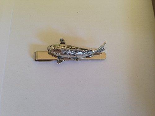 Fêtes Koi Carpe en étain anglais emblème sur une pince à cravate (diapositive) fait à la main à Sheffield Livré avec prideindetails Boîte Cadeau