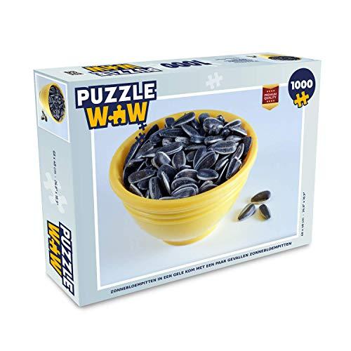 Puzzel 1000 stukjes volwassenen Zonnebloempit 1000 stukjes - Zonnebloempitten in een gele kom met een paar gevallen zonnebloempitten - PuzzleWow heeft +100000 puzzels - legpuzzel voor volwassenen - Jigsaw puzzel 68x48 cm